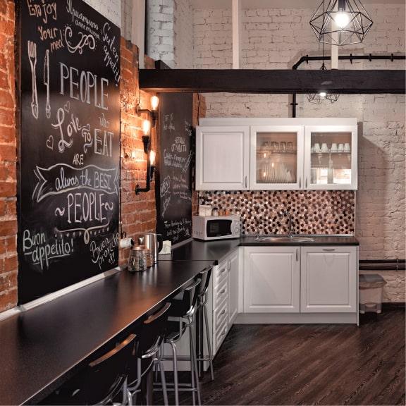 BOX INN предлагает вам удобную и просторную кухню, на которой вы сможете как приготовить еду, так и в комфорте насладиться своими блюдами. Кухня оснащена всем необходимым. Чай, кофе, чистая питьевая вода и многое другое.
